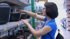 Frau, die Topf im Speicher kochend wählt stock video