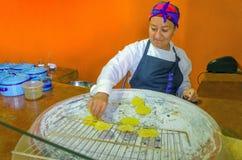 Frau, die Tortillas in Oaxaca kocht Stockbilder