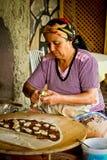 Frau, die traditionelle türkische Pfannkuchen bildet Stockfotografie