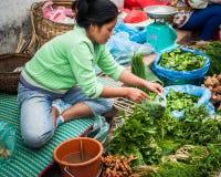 Frau, die traditionelles asiatisches Artlebensmittel an der Straße verkauft Luang Prabang, Laos Lizenzfreie Stockfotos