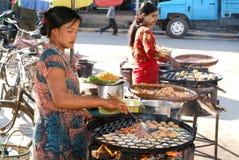 Frau, die traditionelles birmanisches Straßenlebensmittel in Pyin U Lwin kocht lizenzfreie stockfotos