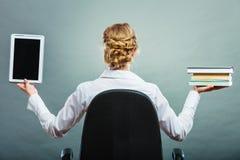 Frau, die traditionelles Buch und eBook Leser hält stockfotos