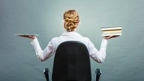 Frau, die traditionelles Buch und eBook Leser hält lizenzfreie stockbilder