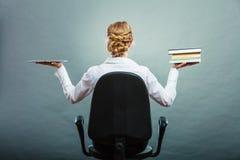 Frau, die traditionelles Buch und eBook Leser hält lizenzfreie stockfotografie