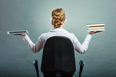 Frau, die traditionelles Buch und eBook Leser hält stockbilder