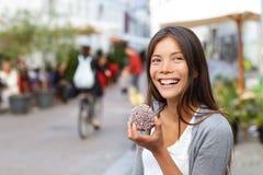 Frau, die traditionelles dänisches Lebensmittel floedeboller isst Stockfotografie
