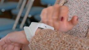 Frau, die tragbare intelligente Uhr verwendet stock video