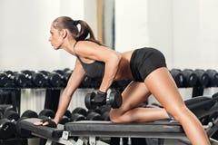 Frau, die Training mit Barbell tut Stockbild