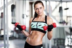 Frau, die Training mit Barbell tut Stockbilder