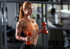 Frau, die Training mit Barbell tut Stockfoto
