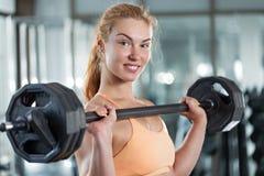 Frau, die Training mit Barbell tut Lizenzfreie Stockfotos