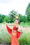 Frau, die typisches thailändisches Kleid trägt Lizenzfreies Stockbild