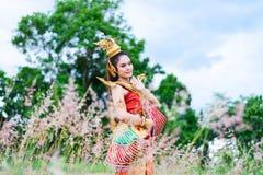 Frau, die typisches thailändisches Kleiderthailändische Art trägt Lizenzfreie Stockfotos
