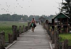 Frau, die U-Beinbrücke durch Fahrrad kreuzt Lizenzfreies Stockbild