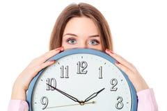 Frau, die Uhr hält lizenzfreie stockbilder