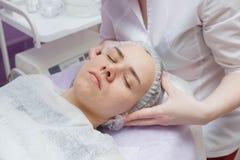 Frau, die Ultraschallhautreinigung am Sch?nheitssalon erh?lt lizenzfreies stockfoto