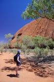 Frau, die Uluru bewundert Stockfotografie