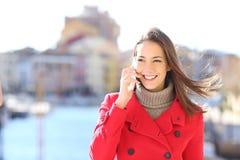 Frau, die um das Telefon ersuchend geht Lizenzfreies Stockbild