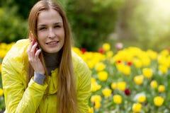 Frau, die um den Handy ersucht Lizenzfreie Stockfotos