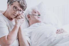 Frau, die um Ehemann sich kümmert stockbilder