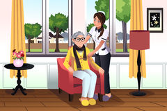 Frau, die um einer älteren Dame sich kümmert Stockfotografie