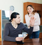 Frau, die um Geld vom Ehemann bittet Stockbilder