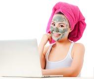 Frau, die um ihrer Haut sich kümmert Stockfotos