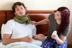 Frau, die um kranken Ehemann sich kümmert lizenzfreie stockfotografie