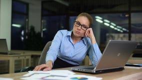Frau, die umgekippten hassenden Job beim Arbeits Nachtschicht im Büro, über die Zeit hinaus sitzt stock video