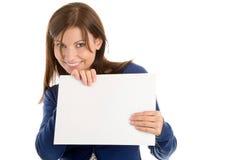 Frau, die unbelegte Anmerkungskarte anhält Lizenzfreies Stockfoto
