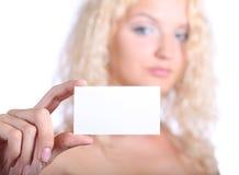 Frau, die unbelegte Karte anhält Stockbilder
