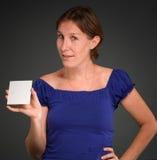 Frau, die unbelegte Karte anhält stockfotos