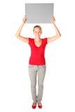 Frau, die unbelegte Karte anhält Lizenzfreie Stockbilder