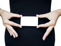 Frau, die unbelegte Visitenkarte anhält Stockfotografie