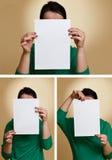 Frau, die unbelegtes Papier anhält Stockfoto