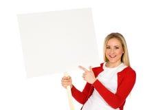 Frau, die unbelegtes Plakat anhält Stockbilder