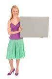 Frau, die unbelegtes Plakat anhält Lizenzfreies Stockbild