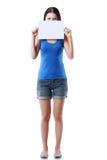 Frau, die unbelegtes Zeichen anhält Lizenzfreies Stockfoto