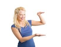 Frau, die unsichtbaren Gegenstand hält Lizenzfreie Stockbilder