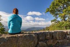 Frau, die unten auf blauen Ridge Mountains schaut Stockfoto