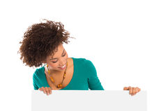 Frau, die Anschlagtafel betrachtet Stockfoto