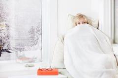 Frau, die unter Decke sich versteckt Stockfotos