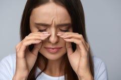 Frau, die unter den Schmerz, glaubender Druck, schmerzliche Augen berührend leidet Lizenzfreie Stockfotografie