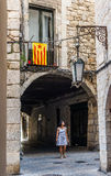 Frau, die unter eine Estelada-Flagge in Girona geht spanien Lizenzfreie Stockfotografie