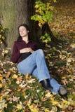 Frau, die unter einem Baum schläft Stockbilder