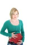 Frau, die unter einem Magenschmerz leidet Lizenzfreie Stockfotos