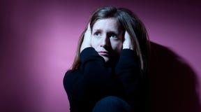 Frau, die unter einem strengen Tiefstand leidet lizenzfreies stockbild