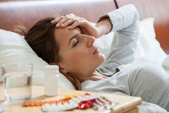 Frau, die unter Grippe leidet Stockfotografie