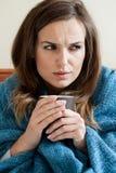 Frau, die unter Kälte leidet stockfotografie