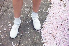 Frau, die unter Kirschblüte im Park steht Lizenzfreie Stockfotos